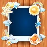 De zomerachtergrond met fotokader en shells Stock Afbeeldingen