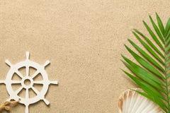 De zomerachtergrond met Groen Palmblad, Decoratieve Schipleiding royalty-vrije stock foto's