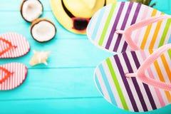 De zomerachtergrond met verschillende kleurrijke toebehoren Hoogste mening en selectieve nadruk Royalty-vrije Stock Fotografie