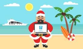 De zomerachtergrond - zonnig strand Overzees, jacht, palm en leuke Aziatische santa Computer met gelukwensen voor Vrolijk Stock Fotografie