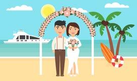 De zomerachtergrond, zonsondergangstrand Het overzees, de jachten, de palmen en onlangs het echtpaar Bloemenboog Huwelijksceremon Stock Foto