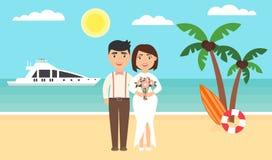 De zomerachtergrond, zonsondergangstrand Het overzees, de jachten, de palmen en onlangs het echtpaar Huwelijksceremonie door de o Royalty-vrije Stock Afbeeldingen