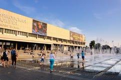 De zomeractiviteiten dichtbij de Nieuwe Tretyakov-Galerij op Krymsky Val, Moskou, Rusland royalty-vrije stock foto