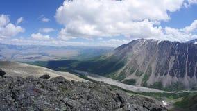 De zomerbergen en mooie mening van de steppe Timelapse Blauwe hemel en buitensporige wolken stock video