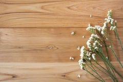 De zomerbloemen op houten textuurachtergrond met copyspace Royalty-vrije Stock Foto