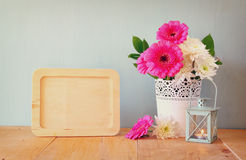 De zomerboeket van bloemen op de houten lijst en de houten raad met ruimte voor tekst met muntachtergrond wijnoogst gefiltreerd b Stock Fotografie