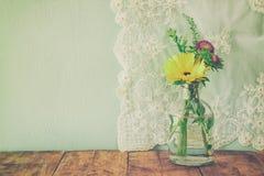 De zomerboeket van bloemen op de houten lijst met muntachtergrond wijnoogst gefiltreerd beeld stock foto's