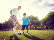 De Zomerconcept van Son Playing Football van de familievader Stock Foto's