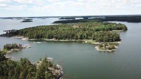De zomerdag in archipel door de golf van Finland stock videobeelden