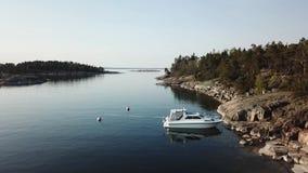 De zomerdag in archipel door de golf van Finland stock video
