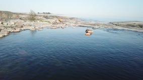 De zomerdag in archipel door de golf van Finland stock footage