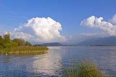 De zomerdag bij het mooie meer Stock Foto