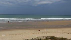 De zomerdag bij het strand in lacanau-Oceaan, Bordeaux, Frankrijk stock video