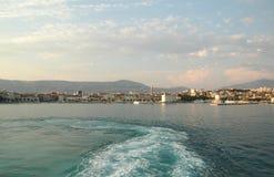 De zomerdag op de waterkant in Spleet, Kroatië Mening van de boot Royalty-vrije Stock Foto