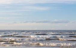 De zomerdag op de kust stock foto's