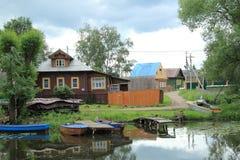 De zomerdag op de rivierbank Stock Foto's