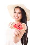 De zomerdame die u watermeloen geven Stock Afbeeldingen