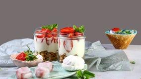 De zomerdessert, klassieke die kaastaart met aardbeien met muntbladeren worden verfraaid Voor een grijze steen of een concrete li royalty-vrije stock afbeeldingen