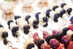 De zomerdessert van vruchten en bessen wordt gemaakt die stock fotografie