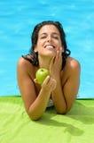 De zomerdieet van de vrouw bij pool Royalty-vrije Stock Foto