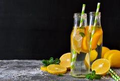 De zomerdrank - koude limonade met munt Royalty-vrije Stock Foto's