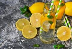 De zomerdrank - koude limonade met munt Stock Afbeelding