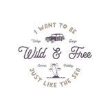 De zomeretiket met retro brandingsauto, palmen en typografieelementen Wildernisteken Uitstekende strandstijl voor t-shirts Stock Fotografie