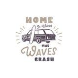 De zomeretiket met retro van de van de brandingsauto, surfplank en typografie elementen Uitstekende strandstijl voor t-shirts, em Royalty-vrije Stock Foto