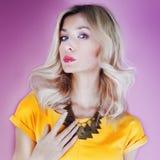 De zomerfoto van modieus blondemeisje. Royalty-vrije Stock Afbeelding