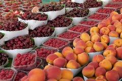 De zomerfruit op de markt Royalty-vrije Stock Foto's