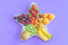 De zomerfruit op een ster gevormde plaat stock fotografie