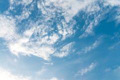 De zomerhemel en mooie zon Stock Afbeelding