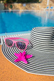 De zomerhoed bij het zwembad Stock Afbeelding