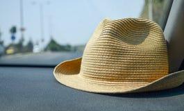 De zomerhoed in de auto Stock Fotografie