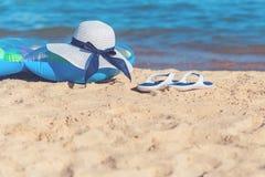 De de zomerhoed met zwemt matras bij kust stock afbeelding