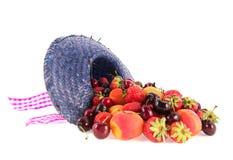 De zomerhoed van assortiments verse fruitin stock afbeelding