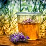 De zomerhoning met lavendel royalty-vrije stock afbeeldingen