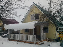 "De zomerhuis in de winter (Ð"" Ð°Ñ ‡ Ð ½ Ñ ‹Ð ¹ Ð'Ð ¾ Ð ¼ ик зиР¼ Ð ¾ Ð ¹) Stock Afbeelding"