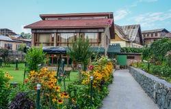 De zomerhuis met bloemtuin royalty-vrije stock afbeelding