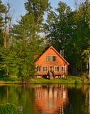 De zomerhuis op Meer of Rivier Royalty-vrije Stock Fotografie