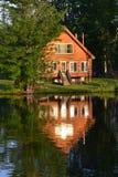 De zomerhuis in Water wordt weerspiegeld dat Royalty-vrije Stock Foto's