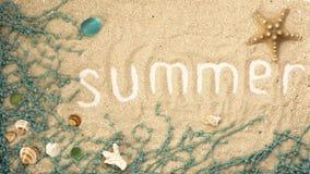 De zomerinschrijving met zeeschelpen en details op zandige achtergrond Flatlay de zomer stock afbeelding