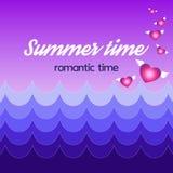 De zomerkaart met blauwe golven en harten die van het, de Zomertijd, romantische tijd vliegen Stock Afbeeldingen