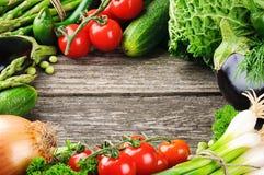 De zomerkader met verse organische groenten Stock Fotografie