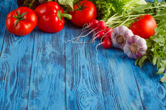 De zomerkader met verse organische groenten en vruchten op houten Stock Foto's