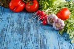 De zomerkader met verse organische groenten en vruchten op houten Stock Afbeeldingen