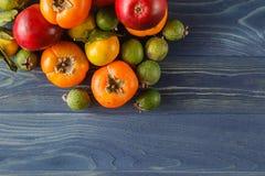 De zomerkader met verse organische groenten en vruchten op houten Royalty-vrije Stock Fotografie