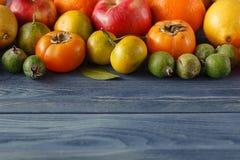 De zomerkader met verse organische groenten en vruchten op houten Stock Fotografie