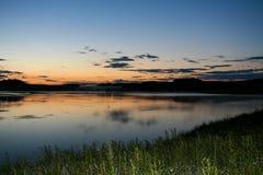 De ZOMERlandschap Avondhemel en rivier na zonsondergang Stock Fotografie