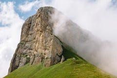 De ZOMERlandschap Berg Kleine Thach in de Kaukasus stock afbeelding